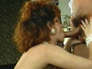 классический естественный большой грудью женщина, наслаждаясь ее человека