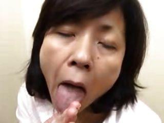 Японская бабка сосет ласточки & впрыскивает (без цензуры)