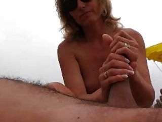 Naomi1 Footjob и мастурбирует на пляже