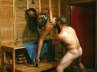 брюнетка хозяйка трахает мужского раба с страпон