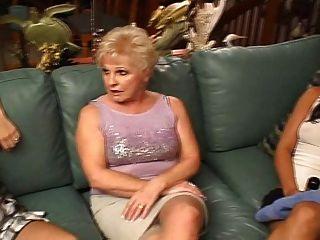 Старушка и молодые лесбиянки