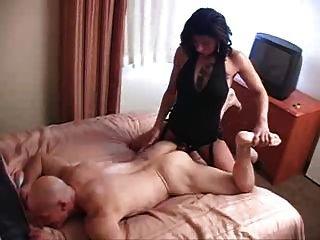 она разрывает это задницу с большой страпон в отеле