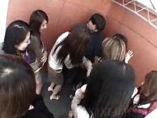 15 сексуальных Japanes Milfs нападают на бедного мальчика