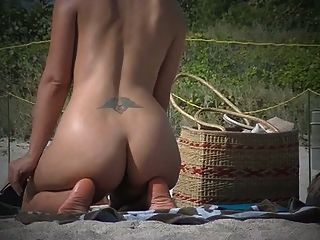 эксгибиционист жена дразнит нудистский пляж вуайеристов рядом с муженек!