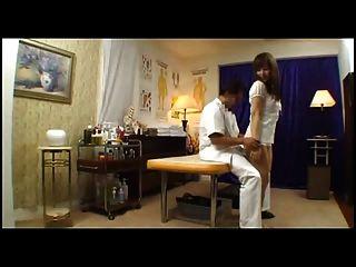 Японская девушка трахается с массажистом