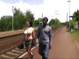 Французская девушка трахается Африканский в машине и автобусной остановки