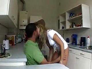 жена трахается на кухне
