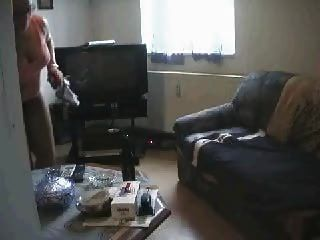 девушка уборка дома и смотреть порно в конечном итоге мастурбирует