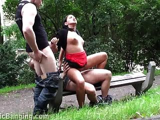 рискованный секс втроем в общественном парке! здорово!