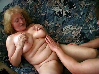 пухлые бабка любит сперма капала с ее подбородка
