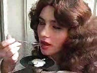 девушка ест сперму с ложкой! Удивительно Dudenwk