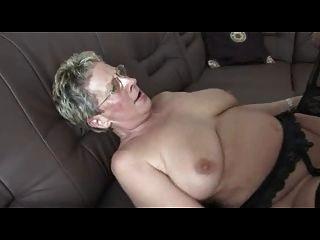 горячий немецкий пожилые получает стучал на диване