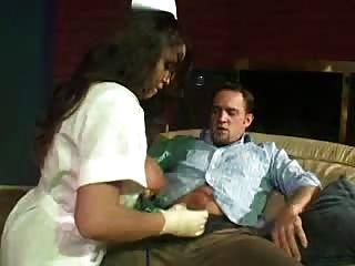 очень жарко и сексуальная медсестра с очень большими сиськами помогает парню из