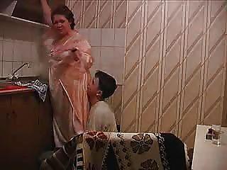 Бабушка получает его на кухне