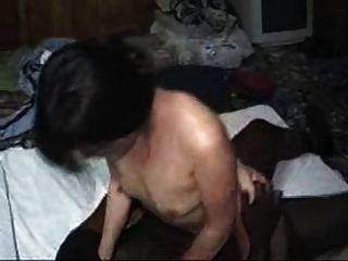 Азиатская жена используется черный бык перед мужем