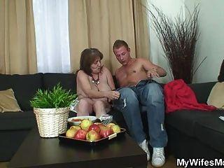 муженек жульничает с его жён старая мама