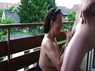 распутная пожилые жена Doggystyled на балконе
