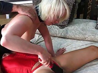 ведомое поклоняется любовниц киску и хозяйка шлепает рабы киска с веслом