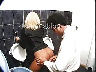 Габриэлла трахать с незнакомцем в общественном туалете