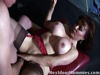 старый парень засасывается старой большой грудью женщина