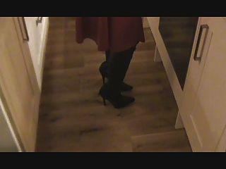 атласное красное платье, кожаные сапоги, чулки и корсет
