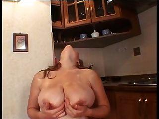 большой грудью беременная женщина мастурбирует
