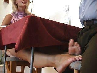 под столом