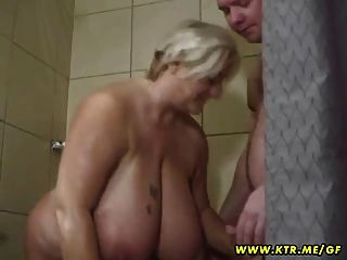 грудастых и жир-любитель жена сосет и трахается в своей ванной комнате