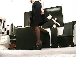 тощие сексуальная блондинка Коллега полосы и играет с фаллоимитатором в офисе