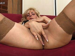 блондинка зрелая мама играет с ее мокрые киски