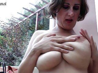 большой грудью зрелые мать, играя в одиночку