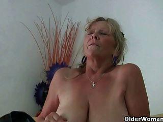 Бабушка с большими сиськами мастурбирует и получает пальцем трахал