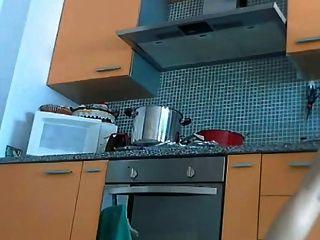 сексуальная мамаша на кухне