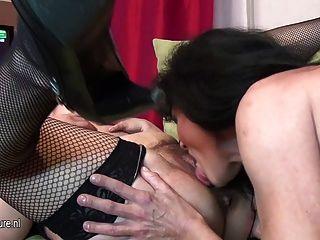 старые и молодые лесбиянки выступают в комнате полный зрелых
