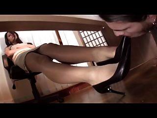 под столом поклонения нейлон ноги
