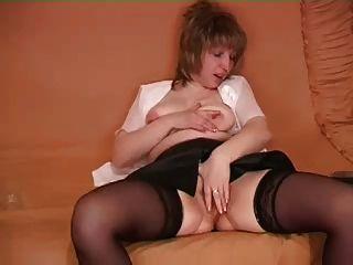 волосатая женщина показывает ее киска
