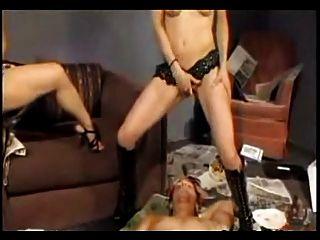 две девушки мастурбируют и эякулята в рот парень
