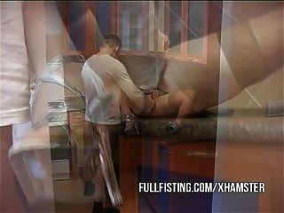 Горячая сука получает кулак и задницу трахал на кухне