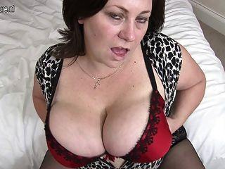 Британская домохозяйка любит играть с ее огромными сиськами