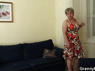 горячий парень стучит одинокую бабушку