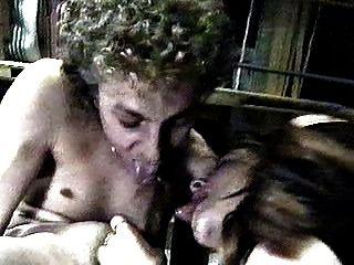 девушка, помогая парню Selfsuck