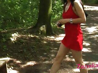 красная одетая девушка в парке часть 3