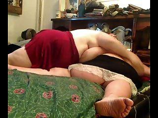 роговой жира с ожирением лесбиянки играют друг с другом