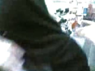 арабский хиджаб девушка показывает сиськи в общественном