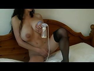 грудастых и стройная девушка с кормящим грудью и ее молокоотсос
