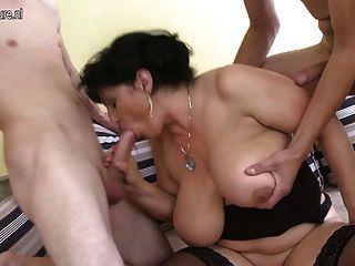 два молодых петухов для большой грудью брызгали зрелой мамы