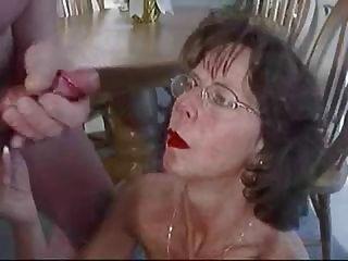 зрелая брюнетка в очках лелеет огромный Сперма на лице.