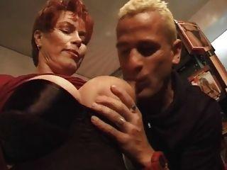 рыжей-короткошерстная мамаша курить-фетиш ебать