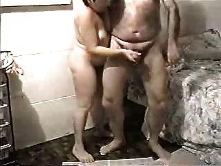 моя старая жена рывков мой член. любительское старше