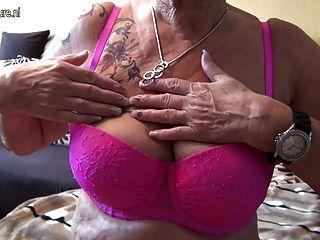 очень старая немецкая бабушка и ее отвисшие сиськи